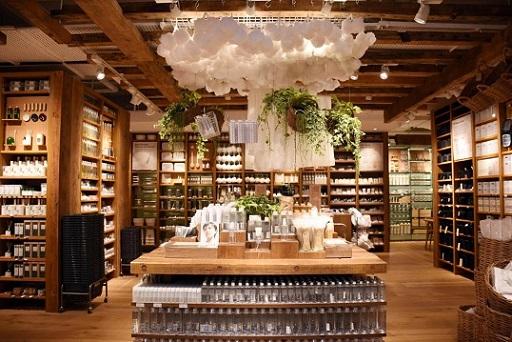 """""""ミニマリスト""""商品として認知されているライフスタイルブランド無印良品が、大規模な店舗をシンガポールにオープンした。新しい店舗はショッピングモールPlaza  ..."""